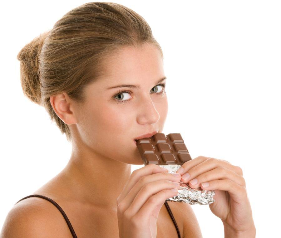 Los efectos beneficiosos del chocolate se deben al cacao que contiene. Así, cuanto más cacao y menos cantidad de otros ingredientes, mejor. Lo ideal es que el porcentaje de cacao sea mayor al 70 por ciento.