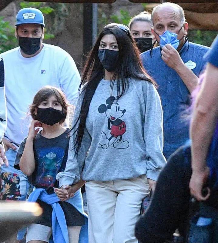 Kourney Kardashian y Travis Barker viajaron a Disney con sus hijos
