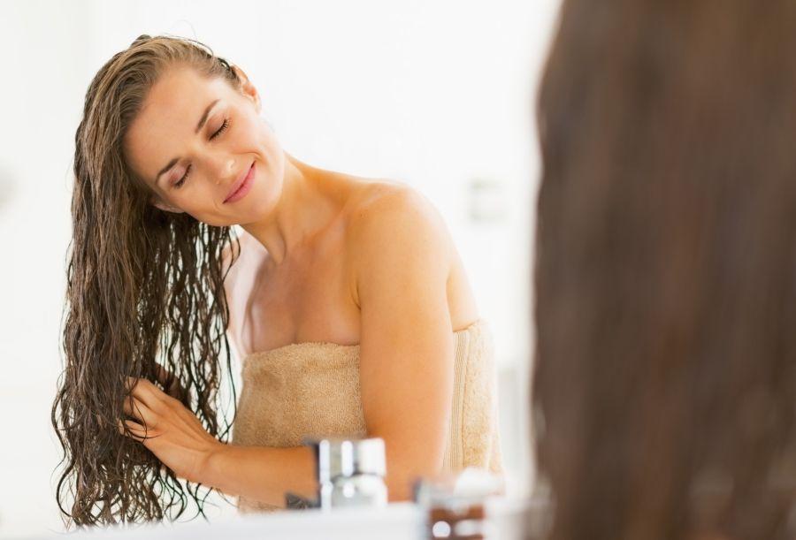 La sequedad ambiental por la calefacción, el uso del secador y el frío hacen que el pelo se vea más seco y apagado. Hay que cuidarlo más.