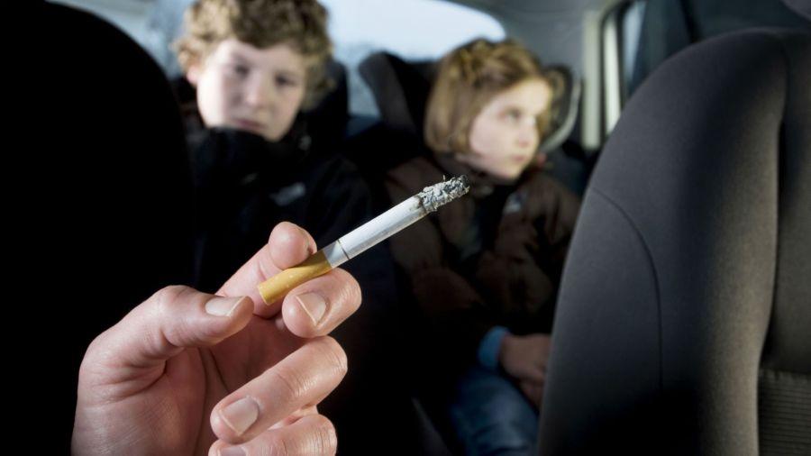 Por qué es peligroso fumar en el auto