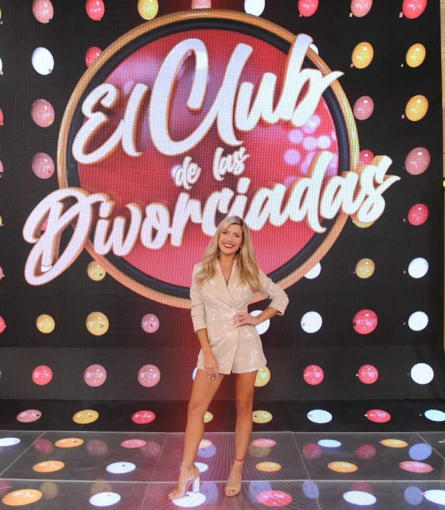 El look de Laurita Fernández para su debut en El club de las divorciadas: piernas al aire, mucho brillo y labios rojos