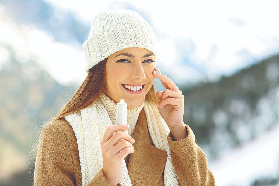 Durante las bajas temperaturas es esencial utilizar cremas hidratantes y nutritivas, aplicarlas varias veces en el día para fortalecer la barrera protectora de la piel.
