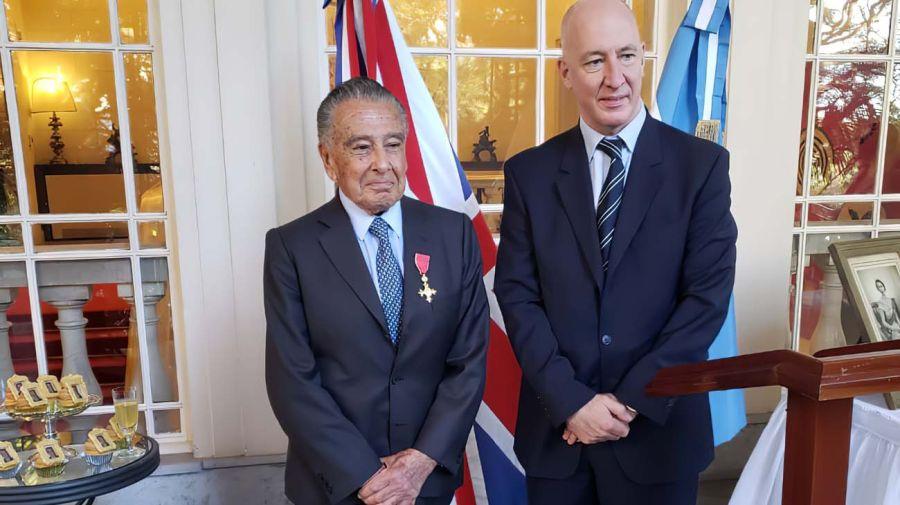 Condecorado. Eduardo Eurnekian con el embajador inglés Mark Kent.