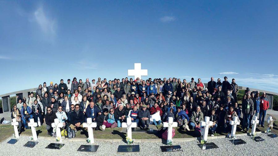 FAMILIARES de los soldados argentinos visitan su tumba en Malvinas.