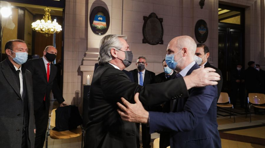 El abrazo de Alberto Fernández y Horacio Rodríguez Larreta cuando terminaba el acto por las víctimas de Covid en el CCK.