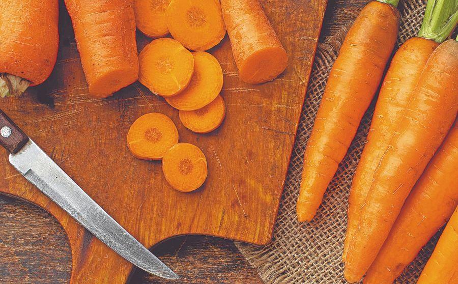 La zanahoria es un alimento muy versátil. Se la puede usar en ensaladas, en guisos, en sopas, en jugos, ¡hasta para preparar deliciosos postres!