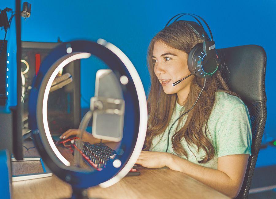 Para tener una excelente videollamada a través de tu equipo, es importante revisar que incluya tecnología y funciones avanzadas en el tema de audio.