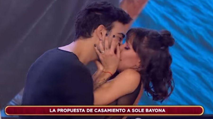 Soledad Bayona beso con el novio