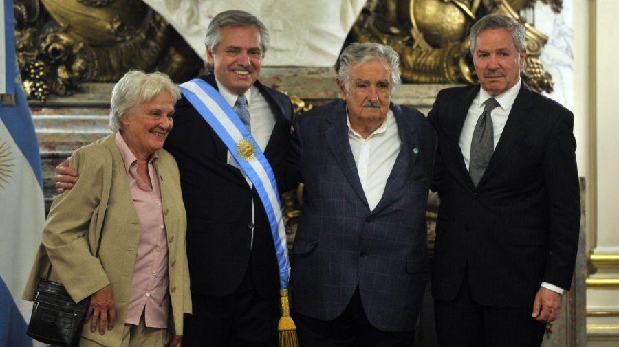 Alberto Fernández y Felipe Solá con Mujica.