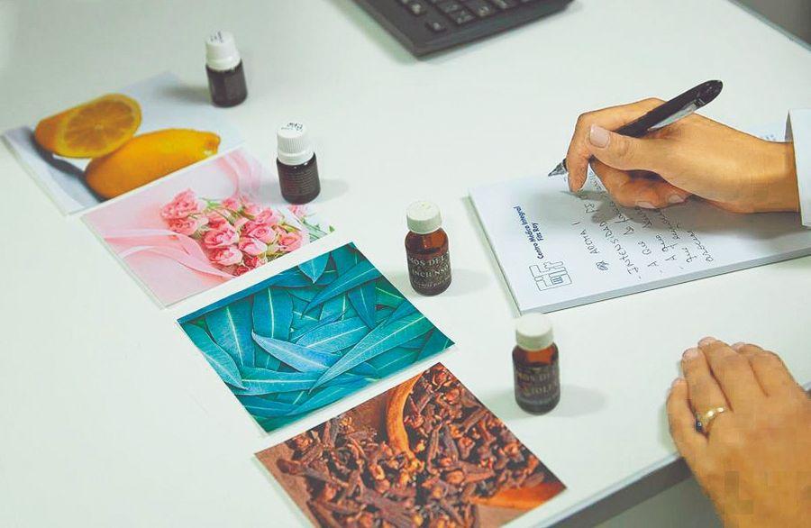 El limón, la nuez moscada, el clavo de olor, la menta, el eucalipto, el café, el coco y la canela se usan en el tratamiento.
