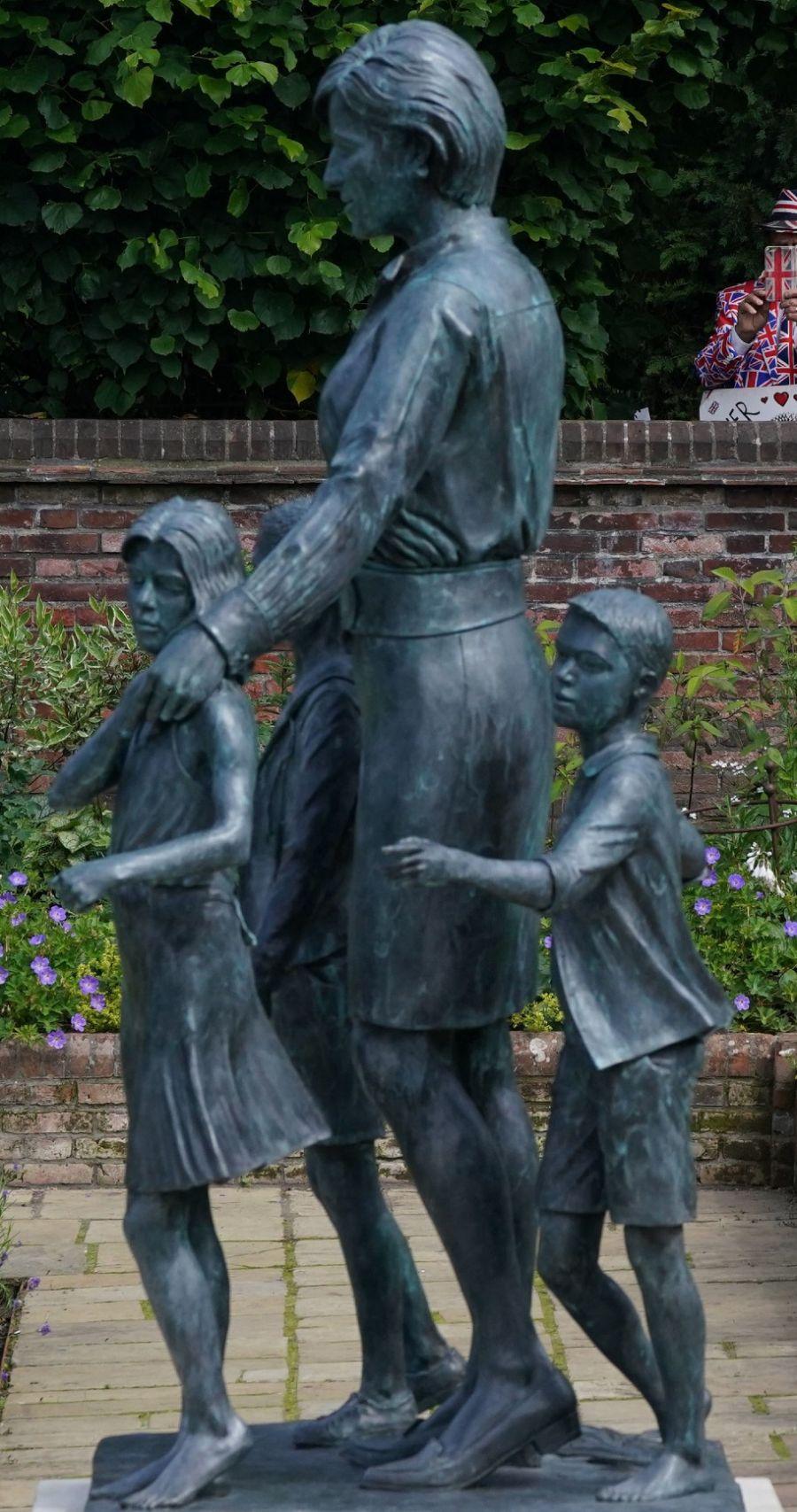 William y Harry hacen una tregua por su mamá: Inauguraron la estatua de Lady Di