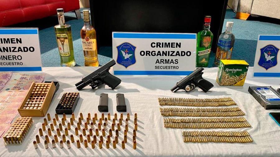 En uno de los domicilios del acusado fueron halladas también armas y municiones.