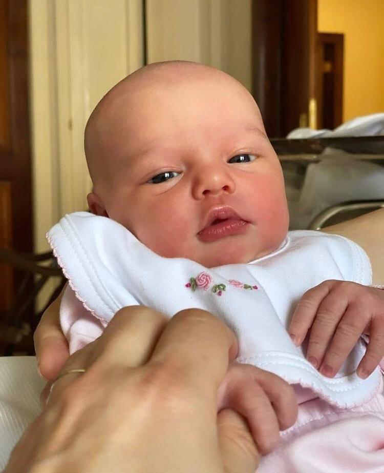 La primera foto de carita completa de Ana, la hija de Pampita y Roberto García Moritán