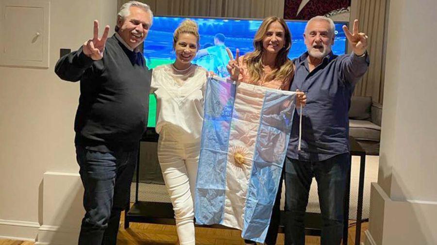 Anticipo. El Presidente y su mujer, junto a Tolosa Paz y su marido: Albistur, al ganarse la Copa América.