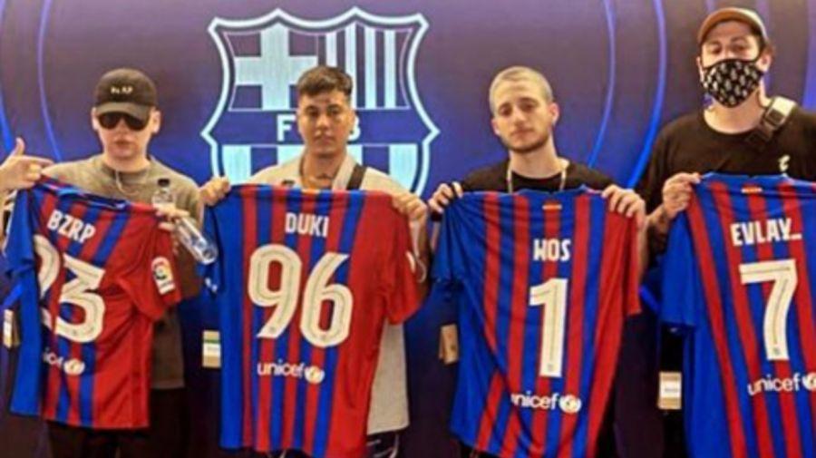 Duki, Bizarrap, Wos y Evlay en la cancha del Barcelona