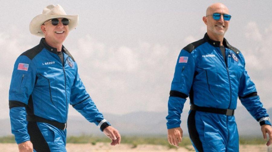 Jeff Bezos junto a su hermano Mark antes de viajar al espacio