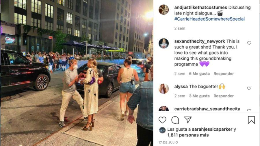 Dosdécadasdespués, Carrie Bradshaw sigue usando el bolso baguette de Fendi