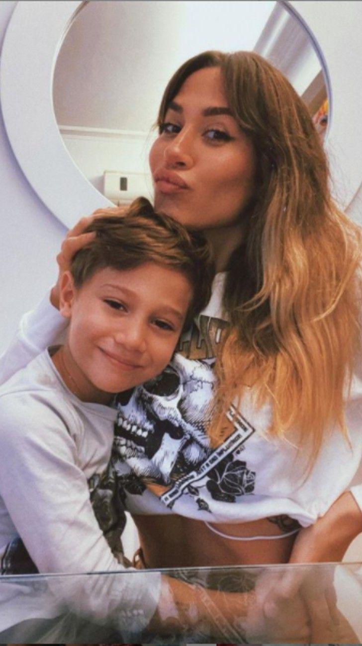 Momo, el hijo de JimenaBarón,contó con quien se besa su mamá