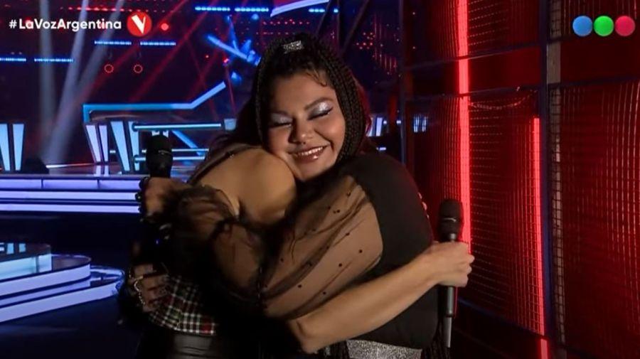 Abrazo entre Jessica y Esperanza en La Voz Argentina