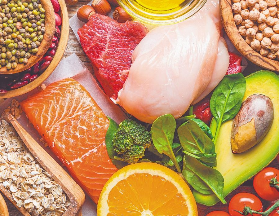 Llevar una dieta saludable y balanceada, con alimentos ricos en vitamina C, ayuda a la producción de colágeno.