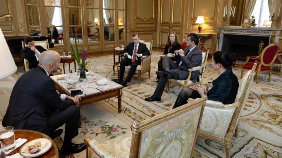 Massa con Jake Sullivan, asesor de Seguridad Nacional del presidente Biden, y otros funcionarios en la embajada estadounidense.