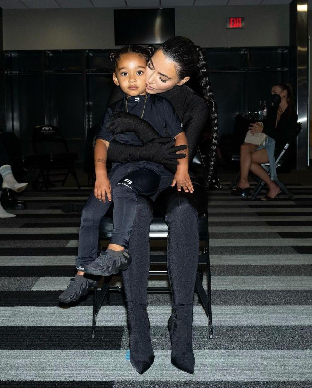 Kim Kardashian y Kanye West enfrentan rumores de reconciliación: ella fue a su show para apoyarlo junto a sus hijos en común