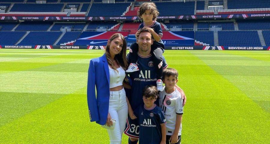 Antonella Roccuzzo junto a Leo Messi en su presentación en el PSG: