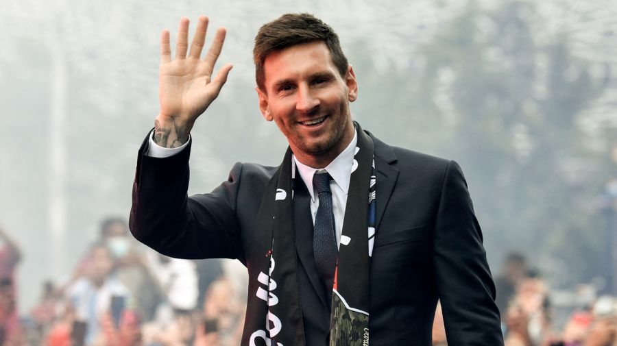 messi greets fans 2