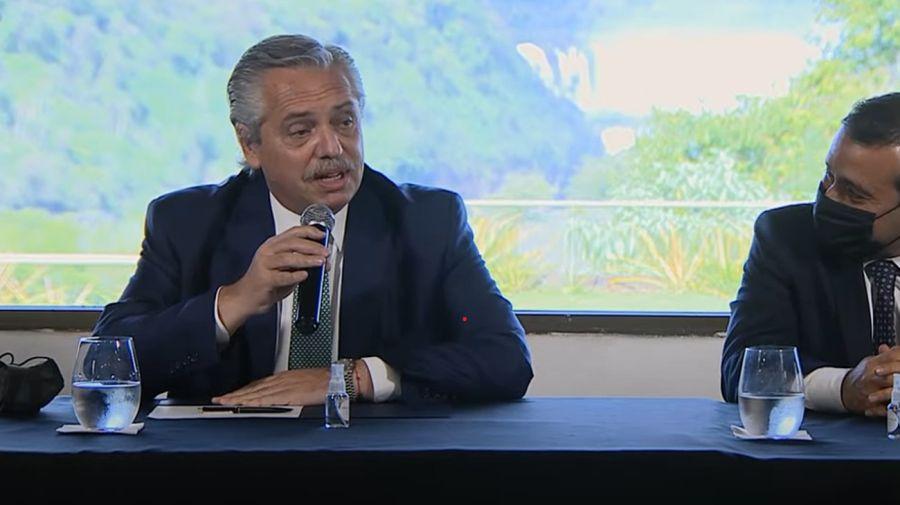 El presidente Alberto Fernández habla en Misiones. A su lado, el gobernador Herrera Aguad.