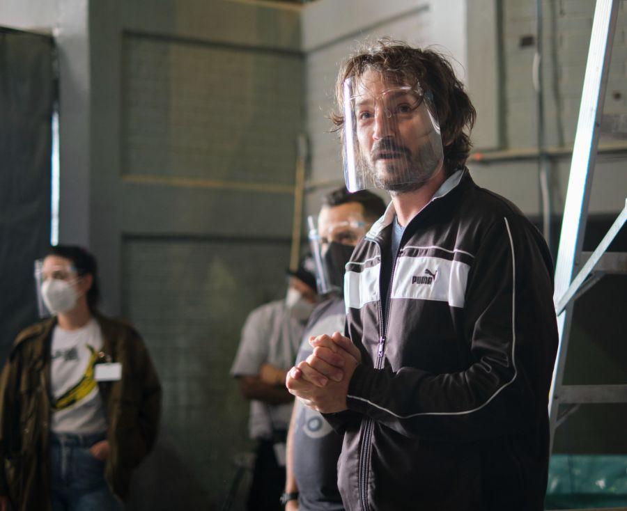 La serie escrita y dirigida por el actor mexicano Diego Luna, ya está disponible en Netflix