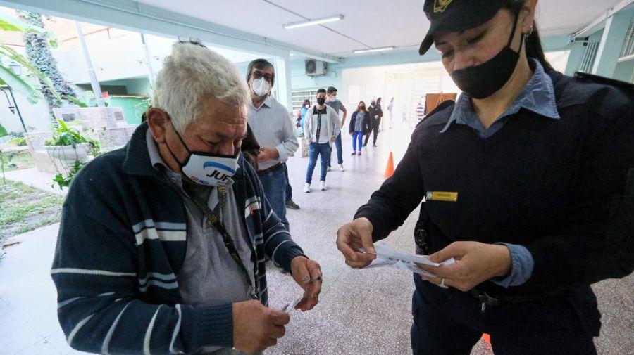 Aunque algunas mesas abrieron con demora, las elecciones se desarrollan con normalidad en Corrientes.