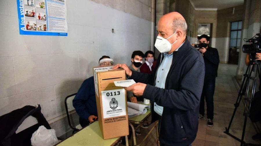 El vicegobernador Gustavo Canteros, al momento de cumplir con su voto en Corrientes.