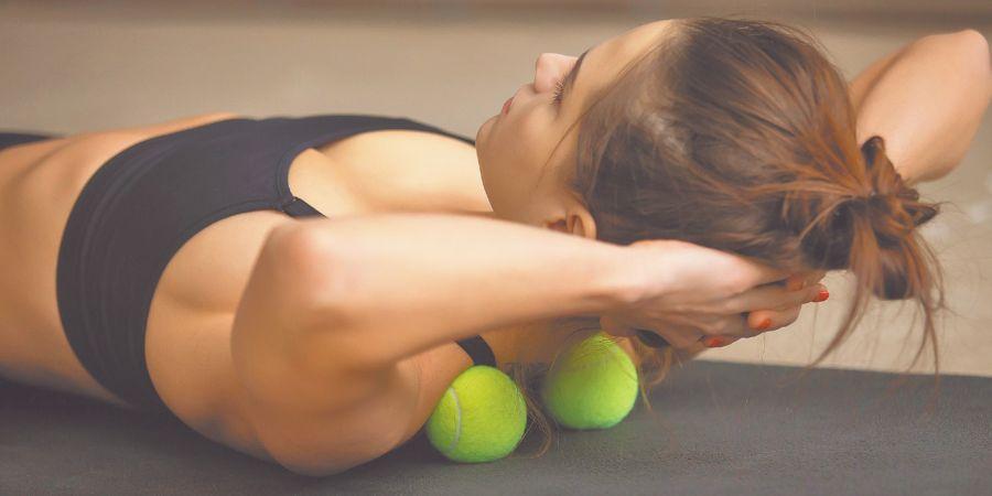 Las pelotitas son perfectas para relajar la espalda. Mejor si están un poco desinfladas.