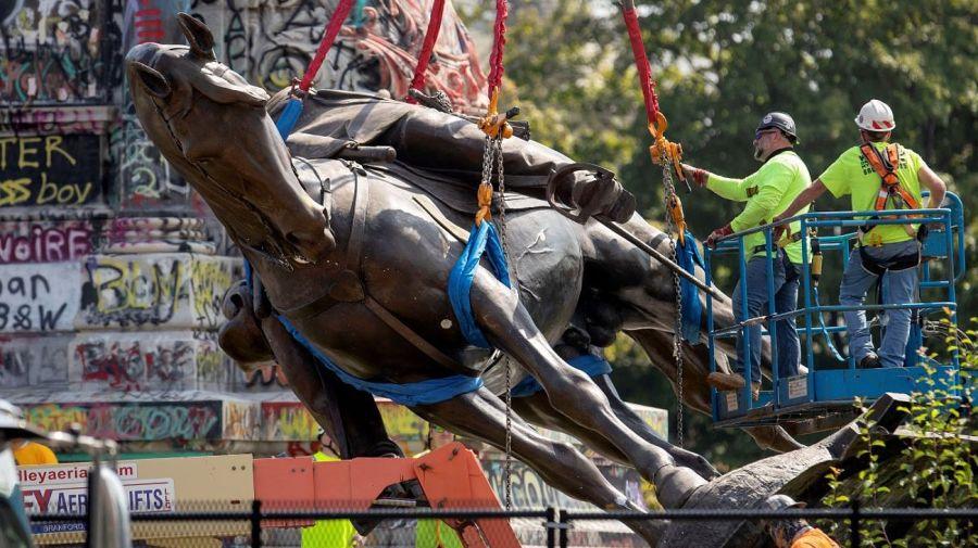 La estatua del general Robert Lee fue desmontada en Virginia y no había
