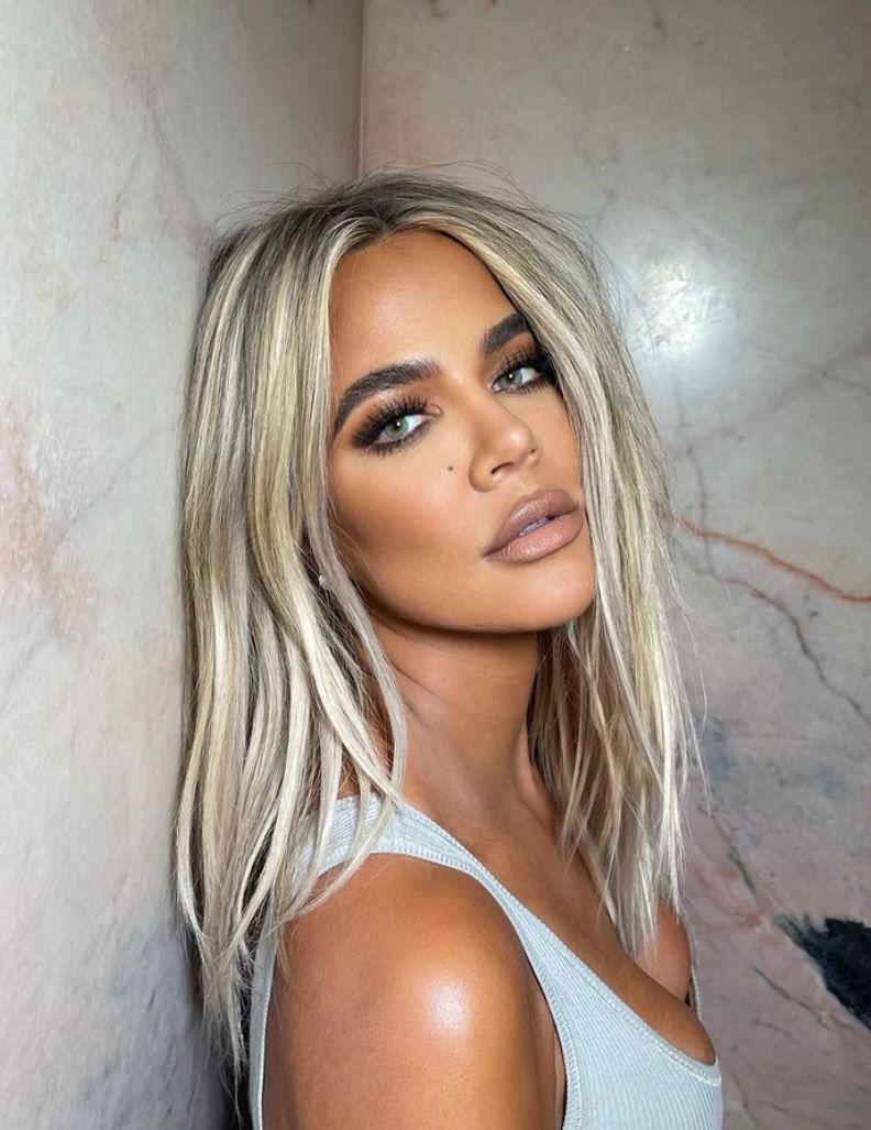 Khloe Kardashian volvió al rubio platinado que será tendencia en verano