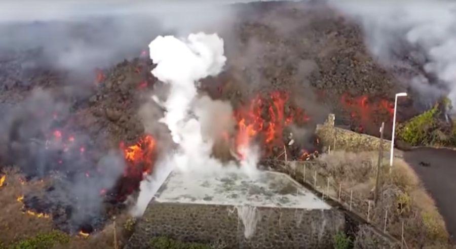 Lenguas de lava que ingresan a las piscinas en isla La Palma, en España