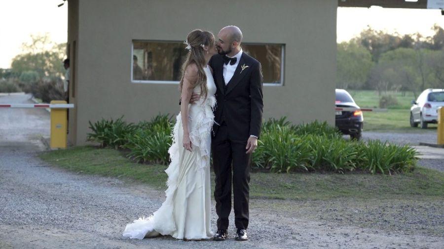 Todos los detalles del look de Abel Pintos y Mora Calabrese en su casamiento