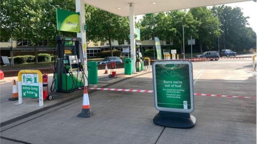 Una estación de servicio cerrada por el desabastecimiento en el Reino Unido.