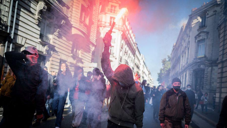 Fotogaleria Miles de personas participan en una manifestación por la mejora de las condiciones de trabajo y contra las reformas de las pensiones y los fondos de desempleo, en Francia