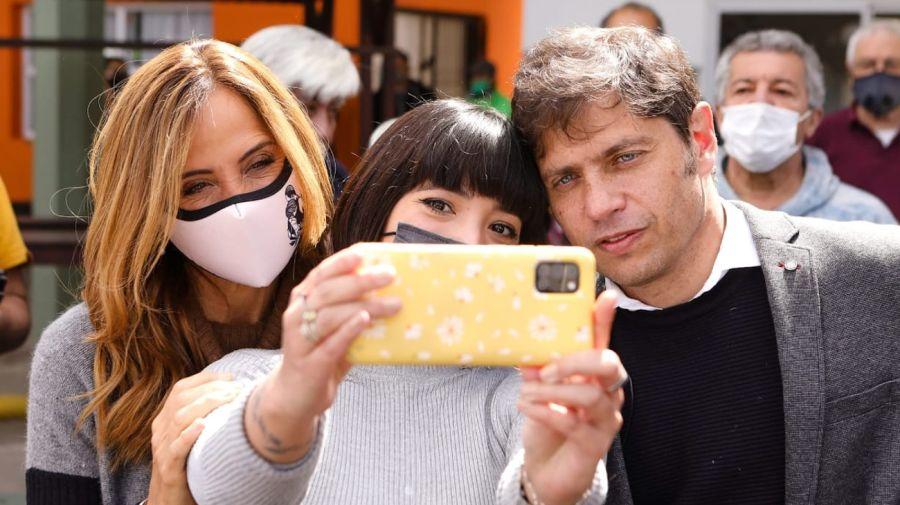 El gobernador Kicillof y una selfie en Gesell, junto a Tolosa Paz.