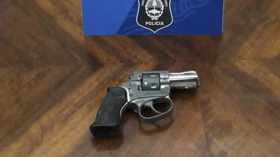 El revolver calibre 22 que portaba la mujer detenida en una comisaría de La Plata.