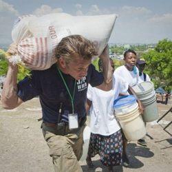 Shakira y Sean Penn en Haití