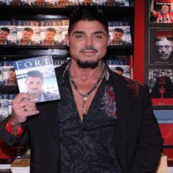 Ricardo-Fort-con-su-libro