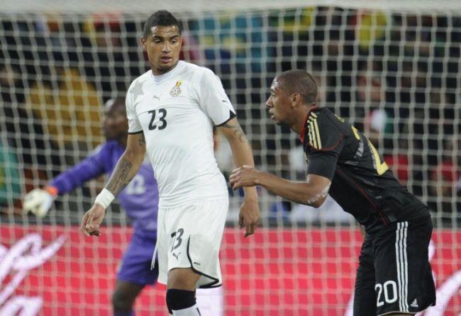 Kevin-Prince Boateng custodia a su hermano Jerome en Alemania-Ghana. /AFP