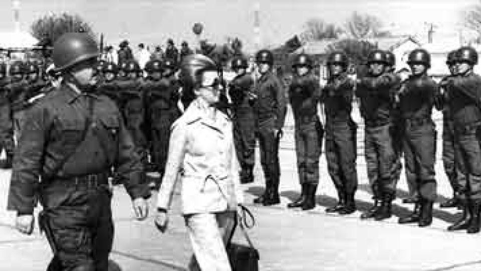 Abril de 1975. Isabel Perón pasa revista a las tropas que participaban en el Operativo Independencia. A su lado, el general Vilas.