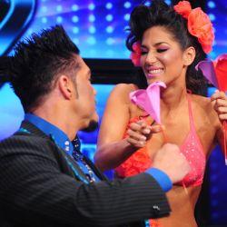 Silvina Escudero le regala un origami a Fort
