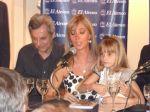 Marisa Brel con su hija Paloma en la presentación del libro