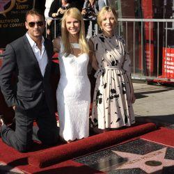 Gwyneth Paltrow, el cantante de country Tim McGraw, y la directora Shana Feste (d) posan tras la ceremonia en la que Paltrow recibió su estrella en el Paseo de la Fama, en Hollywood, California