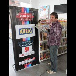 Fabio Alberti, relajado y en zapatillas, visitó el stand de la revista Noticias