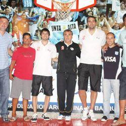 El entrenador de basket Julio Lamas (al medio) y parte de su equipo pasaron por Espacio Perfil